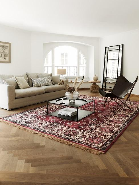 Stilmix Wohnzimmer mit Vintage Teppich und Sessel