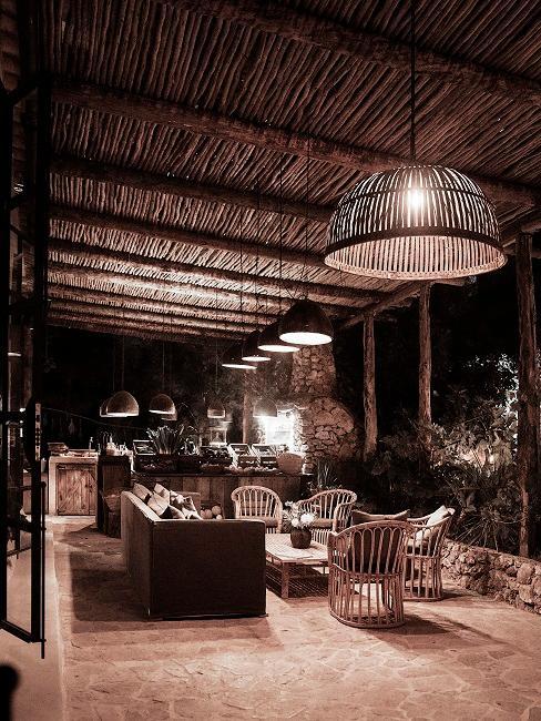 Große Luxus Terrasse nachts mit vielen Lampen zur Beleuchtung und Luxus Möbeln aus Naturmaterialien