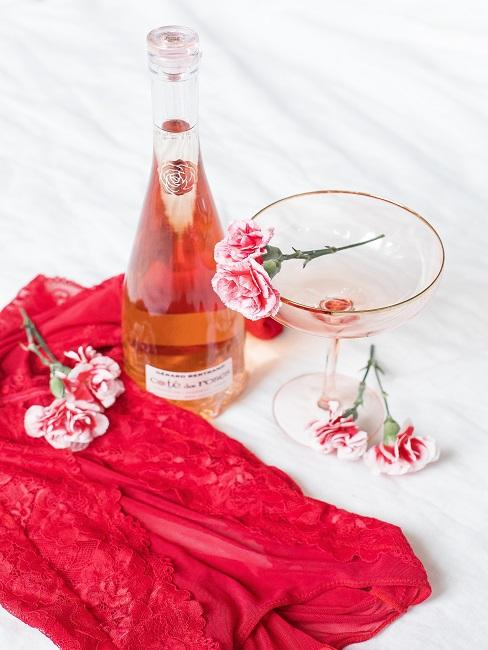 Valentinstag Deko mit einem rosa Getränk.