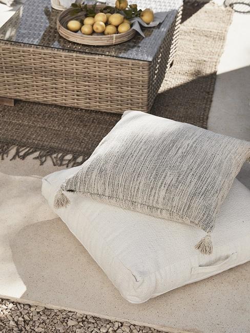 Design Garten weiße Kissen auf dem Boden