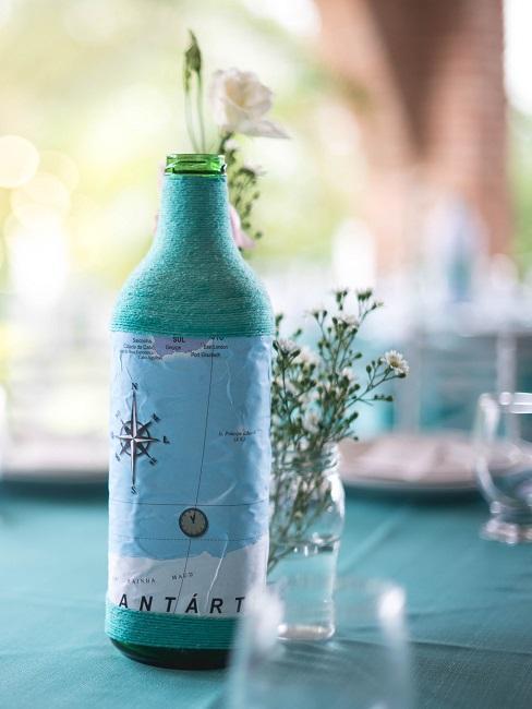 Deko-Flasche mit türkiser Schnur und dekorativer Weltkarte