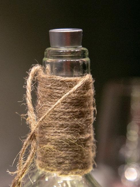 Flaschenkopf mit einer braunen Schnur umwickelt