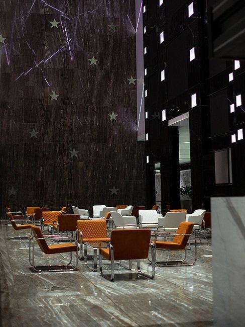 Bauhausstil Freischwinger Stühle aus braunem Leder in großer dunkler Halle