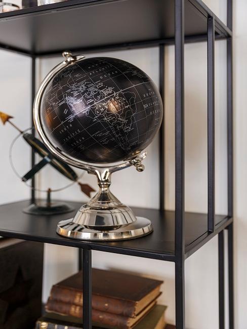 Schwarzes Metallregal mit einem Globus und Büchern maskulin dekoriert
