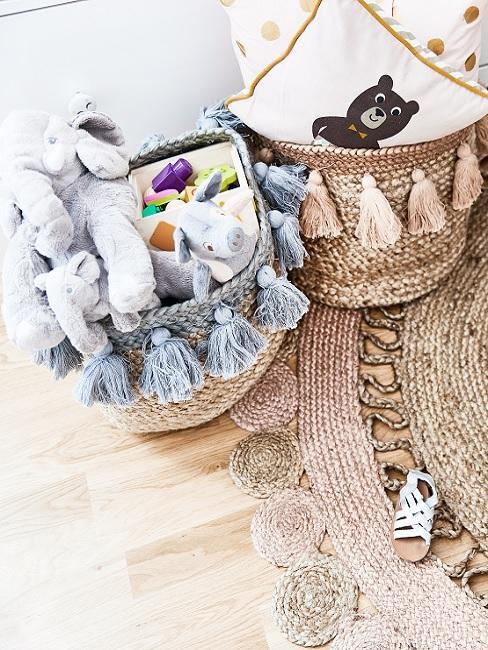 Design Kinderzimmer Körbe aus Bast mit Kuscheltieren gefüllt