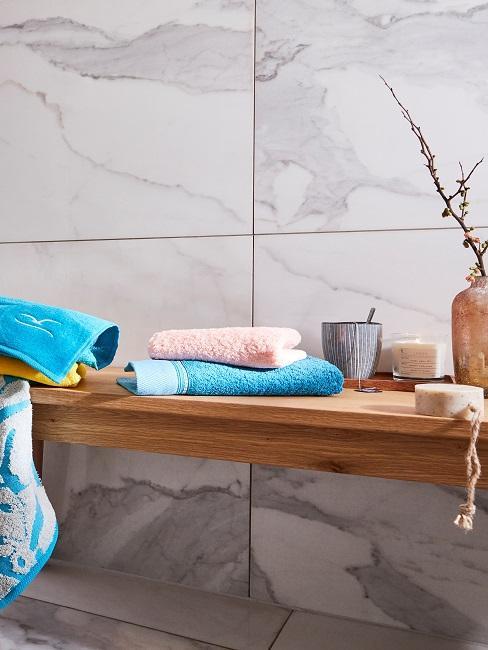 Badezimmerwand in Marmoroptik