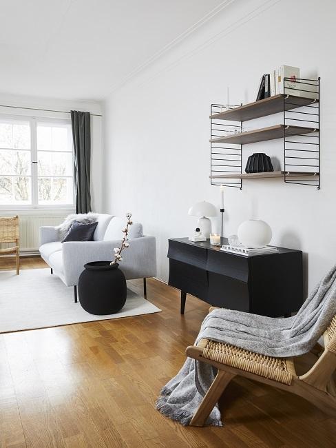 Japandi Wohnzimmer mit weißem Sofa und schwarzem Sideboard