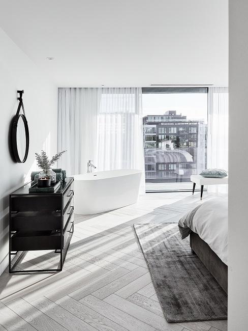 Zimmer Design Ideen Badezimmer mit freistehender Badewanne, Spiegel und schwarzer Kommode