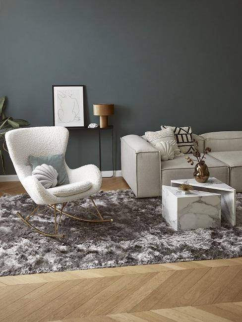 Zimmer Design Ideen Wohnzimmer mit dunkelgrüner Wand, weißem Sessel, cremefarbenem Sofa, Couchtisch in Marmor und flauschigem Teppich
