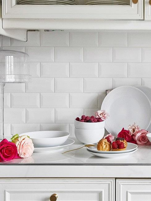 Küchenwand mit weißen Fliesen.