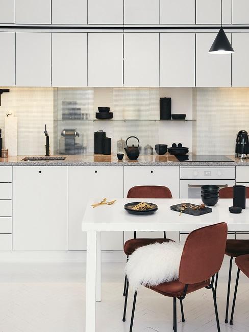 Designerküche mit Esstisch und braunen Samtstühlen