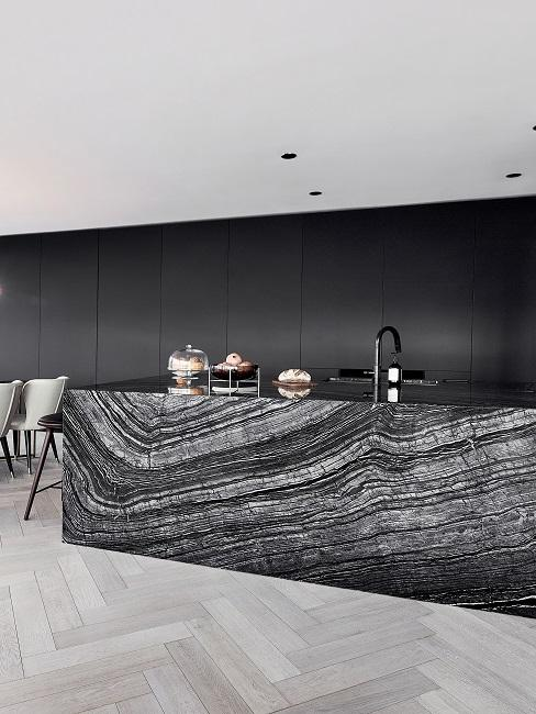 Küchenwandgestaltung mit schwarzen Einbauschränken.