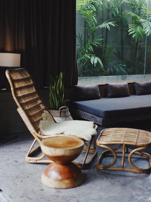 Asiatische Deko und Tisch aus Holz mit weißem Sitzkissen