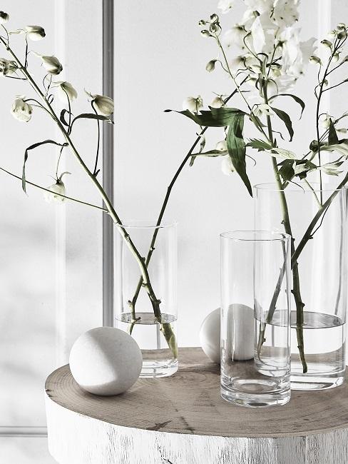 Frühlingsdeko im Glas mit Frühlingsblumen in weiß.