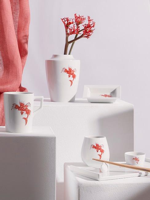 Asiatische Deko Japsnische Vasen mit roten Fischen und Beerenzweigen dekoriert