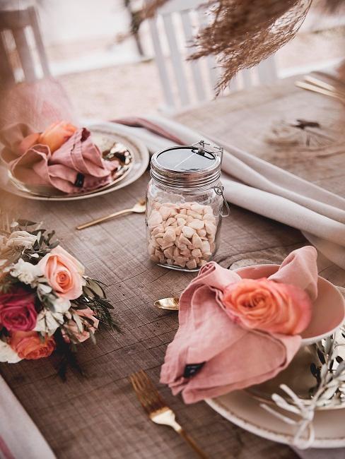 Frühlingsdeko im Glas mit Steinen auf dem Tisch.
