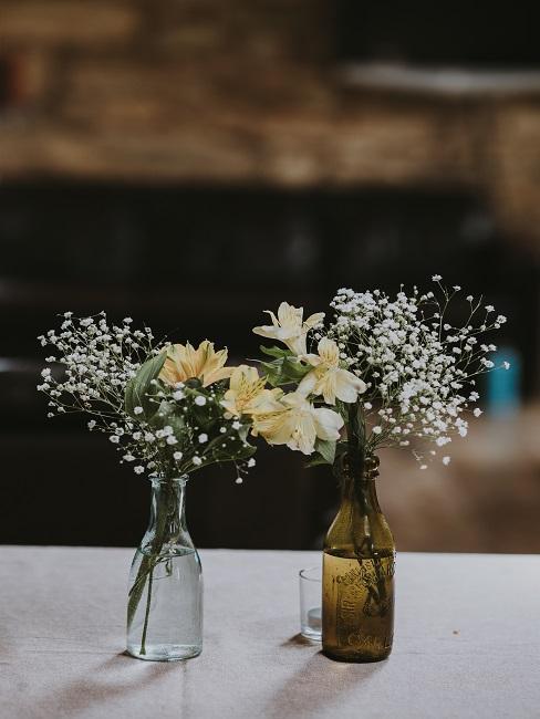 Kleine Vasen aus Flaschen mit kleinen Sträuchern