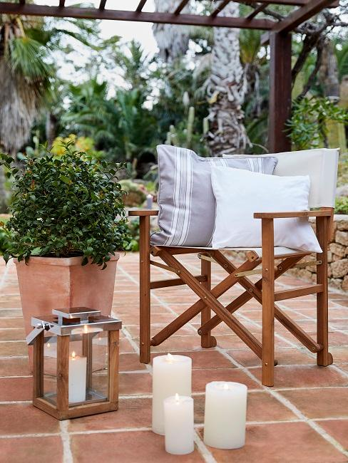 Terrasse dekorieren Stuhl Pflanze Windlicht Kerzen