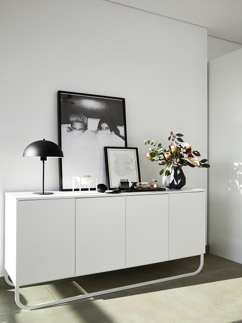 Weißes Sideboard mit Deko und Bildern