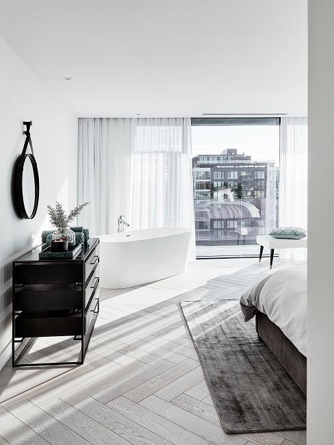 Designer Schlafzimmer mit schwarzer Kommode und Badewanne
