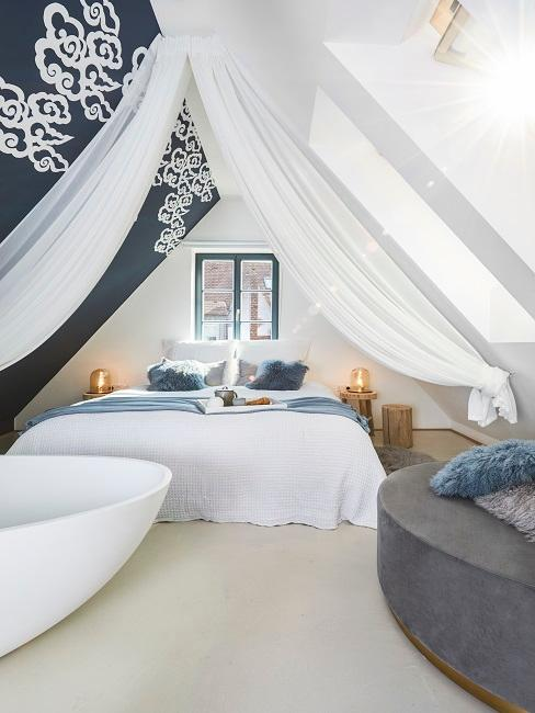 Badewanne in Schlafzimmer