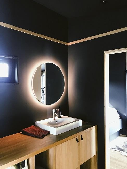 Designer Badezimmer in schwarz mit leuchtendem Spiegel