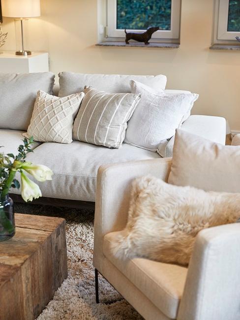 Helle Couch und Sessel mit Kissendeko