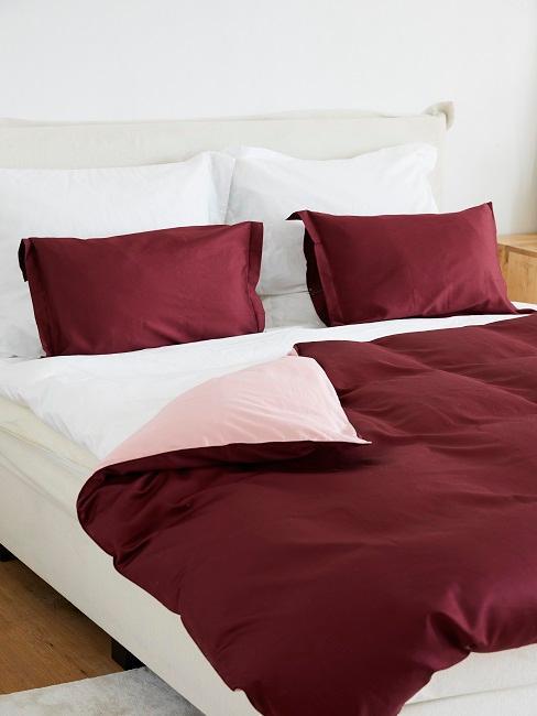 Rote und weiße Bettwäsche auf dem Bett