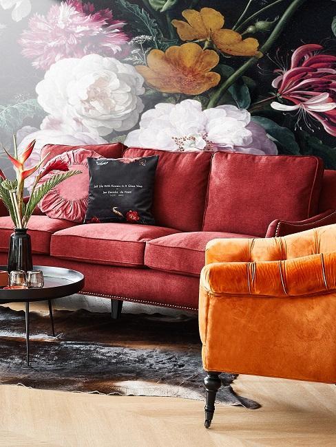 Rotes Sofa vor grün gemusterter Tapete