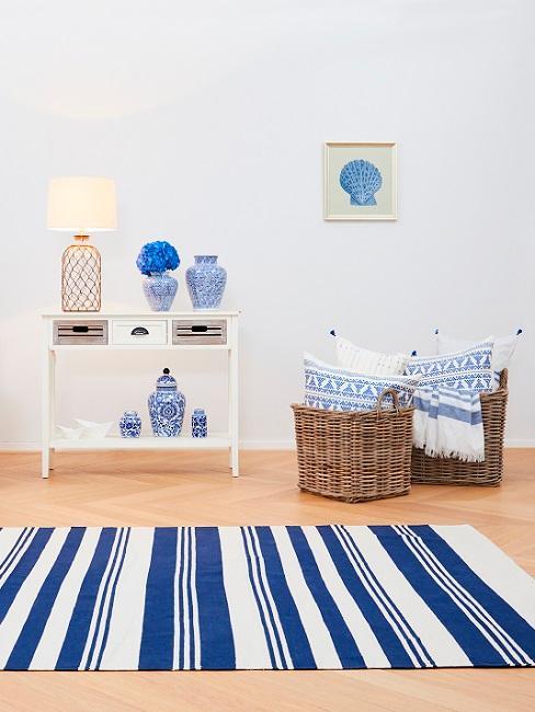 Maritime Einrichtung mit Körben, Konsole und blau-weißem Teppich