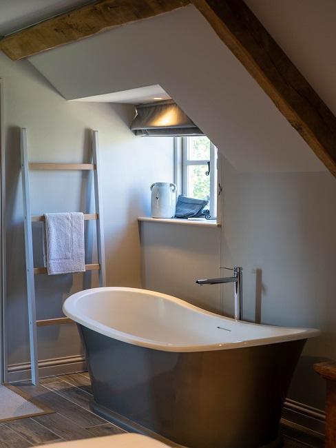 Modernes Badezimmer mit grauer Badewanne