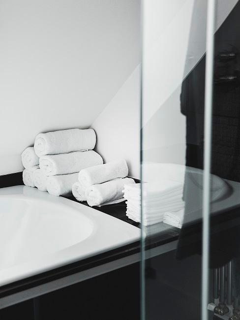 Weiße Handtücher neben Waschbecken in modernem Bad