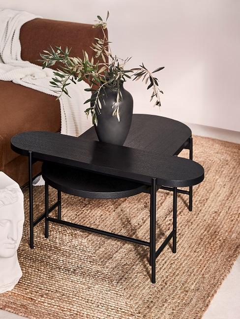 Juteteppich mit schwarzem Beistelltisch und schwarzer Vase