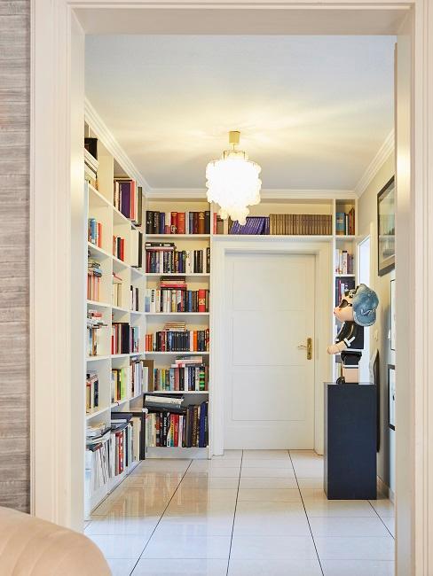 Heller Flur mit Bücherregalen