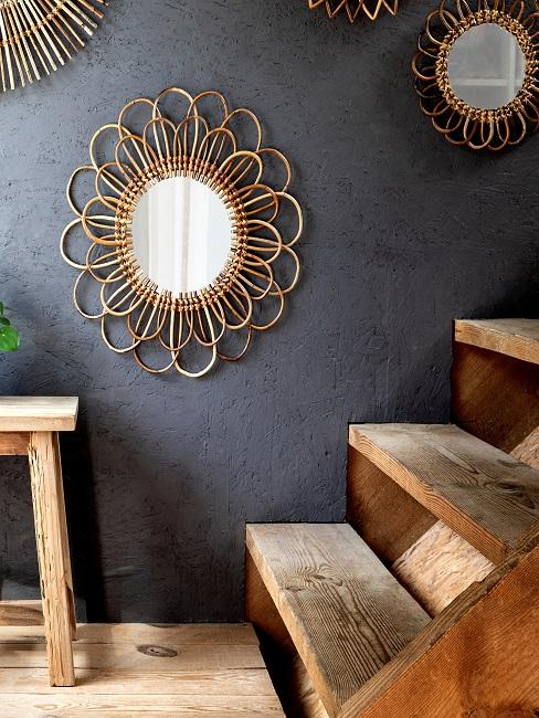 Spiegel an grauer Wand hinter Holztreppe
