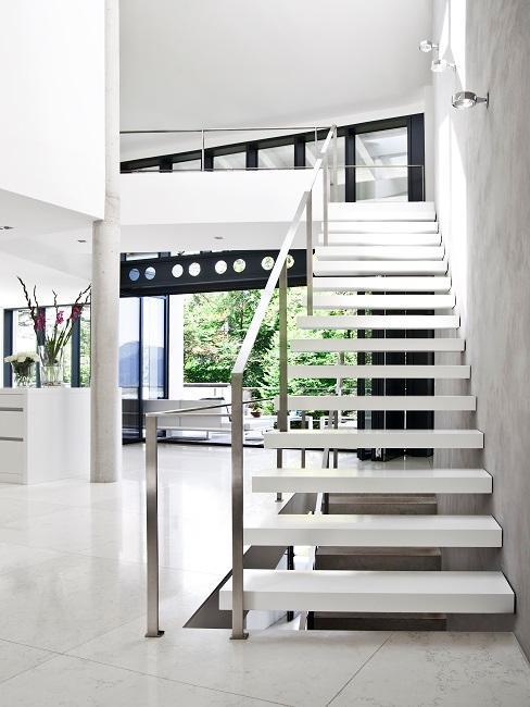 Weiße moderne Treppe in offenem Raum