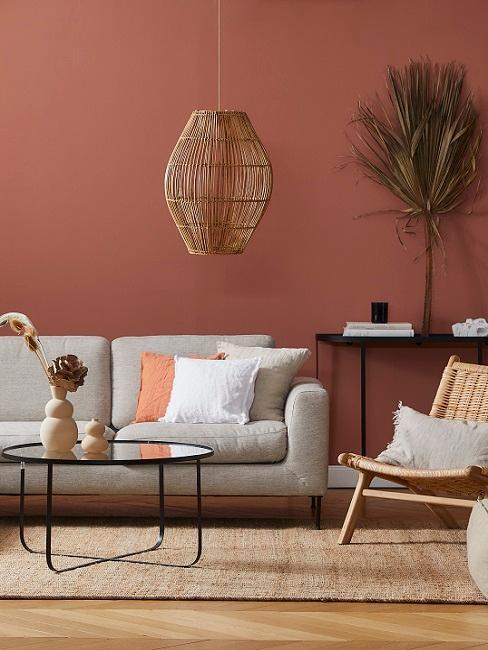 Terracottafarbenes Wohnzimmer mit natürlichen Materialien