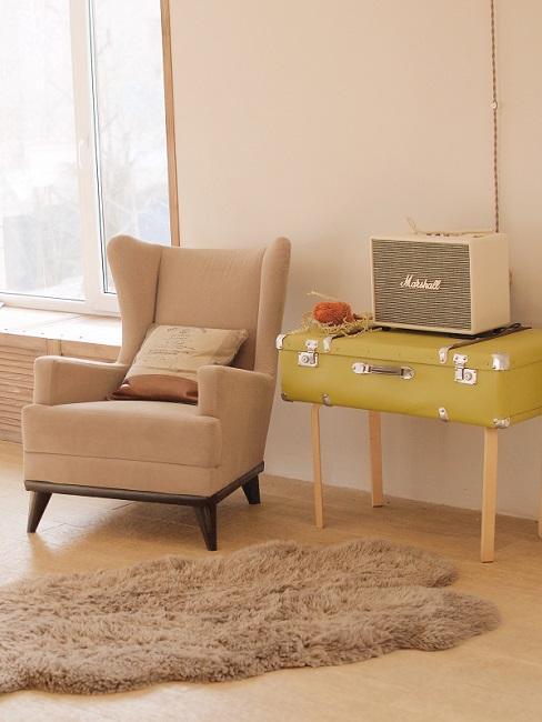Vintage Stil Sessel neben Vintage Koffer und Radio
