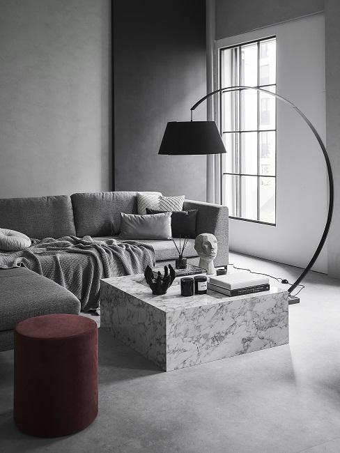 Wandfarbe Grau mit grauen Möbeln und rotem Pouf