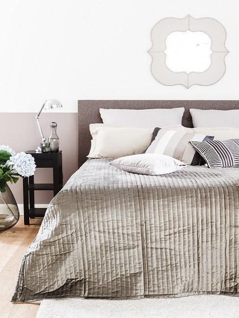 Grau-Beige Wandfarbe in Schlafzimmer mit braunem Bett