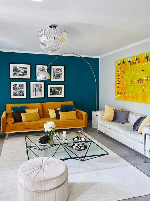 Wandfarbe Blau Petrol in Wohnzimmer mit gelbem Sofa