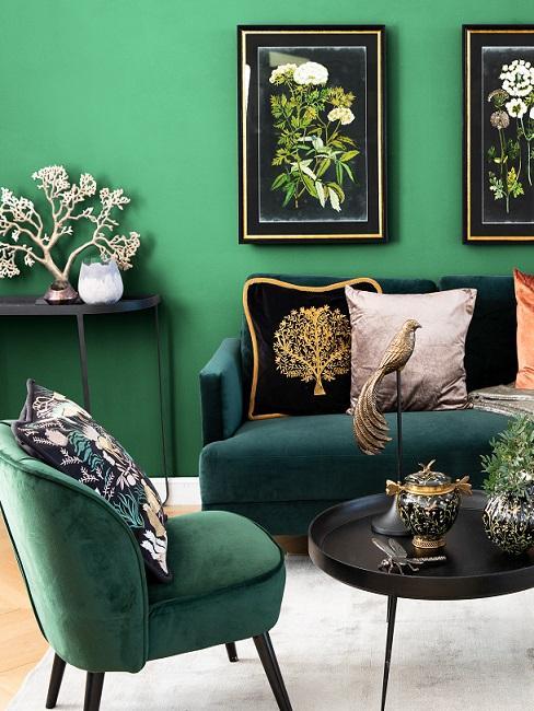 Wand in Apfelgrün mit Sofa und Sessel in Grün und schwarzem Tisch