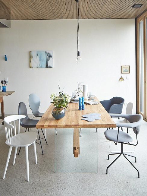 Kitchen Loft im Industrie Design mit Holztisch und Designerstühlen