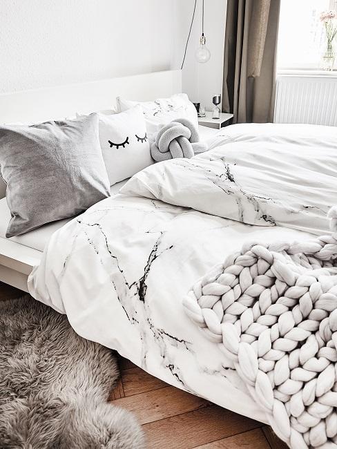 Schlafzimmer in Weiß mit grauen Kissen