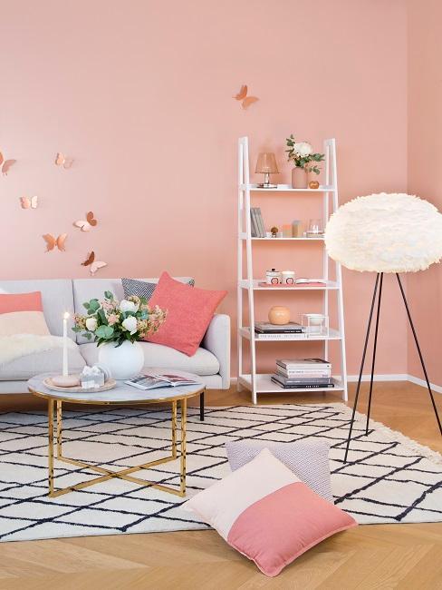 Wandfarbe Pastell Rosa in Wohnzimmer, Wolkenlampe, schwarz-weißer Teppich, Dekoleiter