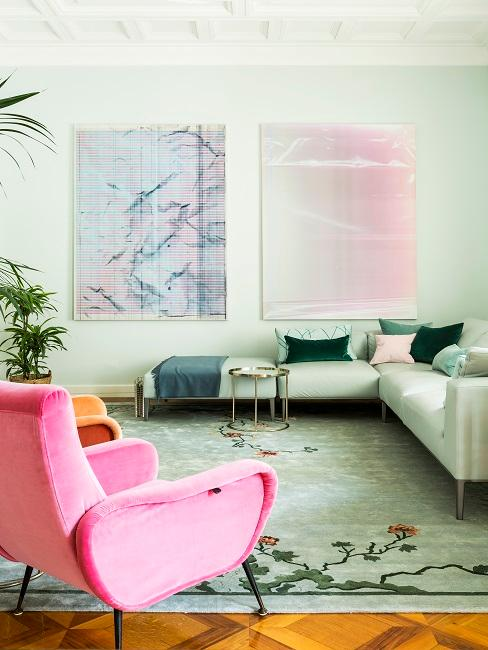 Wandfarbe Pastell Grün, pinnfarbener Stuhl, pastellgrünes Sofa