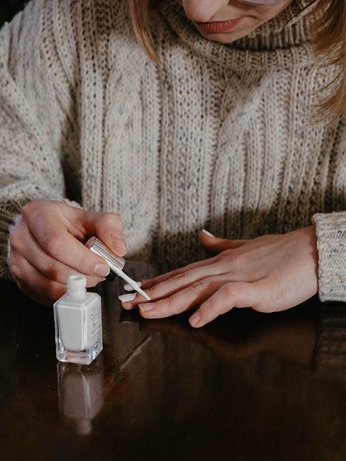 Frau lackiert sich die Fingernägel als Tipp gegen Langeweile