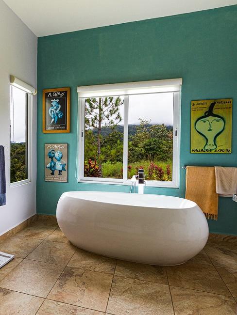 Grüne Wanfarbe im Badezimmer mit Bildern
