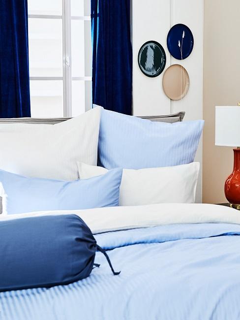Schlafzimmer maritim mit blauer Bettwäsche