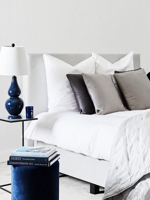 Schlafzimmer mit maritimer Nachttischlampe